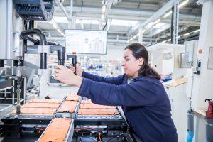 """Emine Tutar arbeitet als """"EFFFT"""" am Freitag (15.12.2017) in der Komponentenfertig für Batterien (Halle 23) im VW-Werk 2 in Braunschweig."""